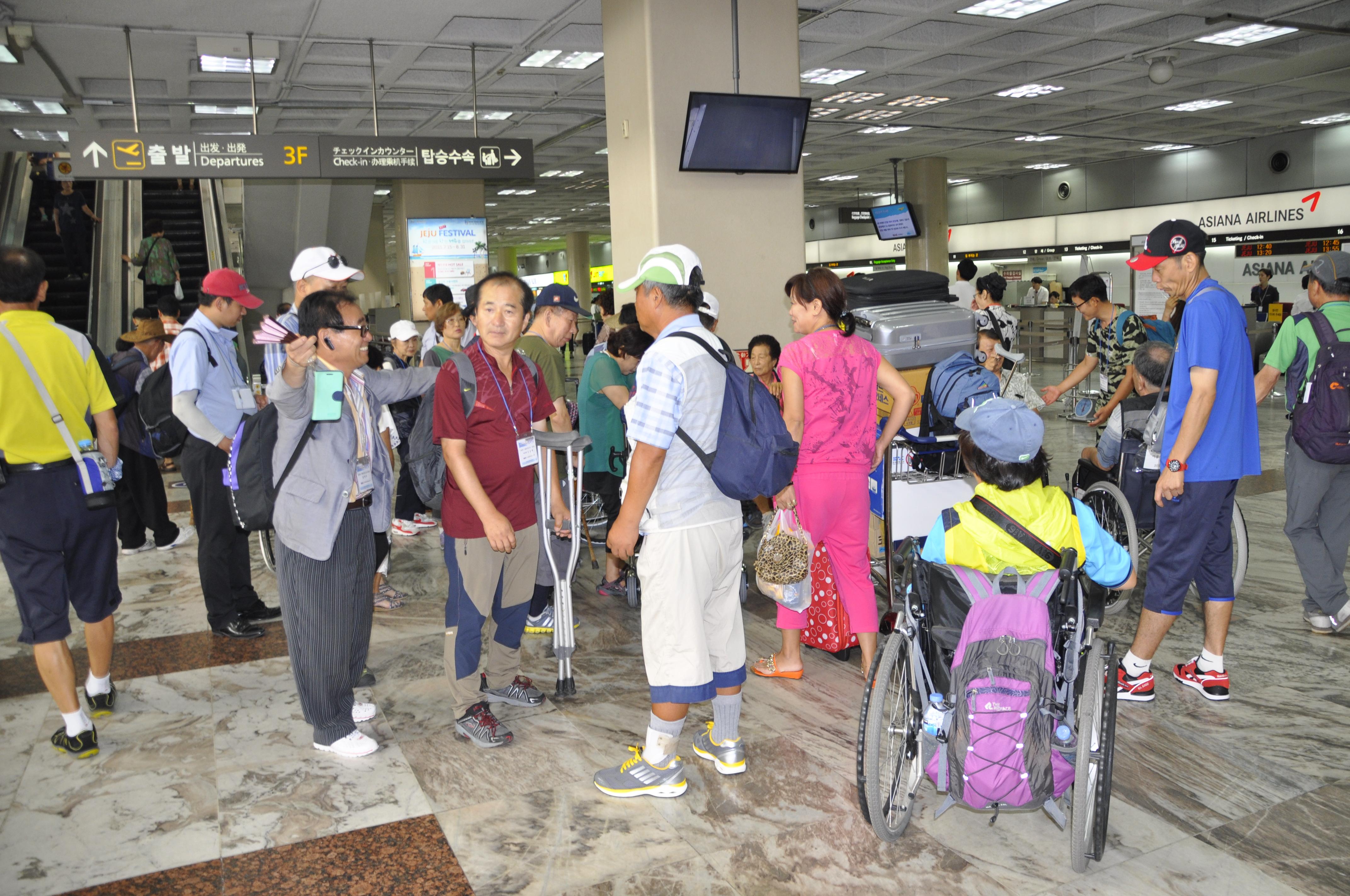 김포공항에 모인 참가자들.JPG